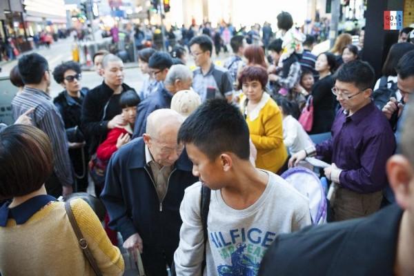 很多人站在過馬路的位,不知在等什麼
