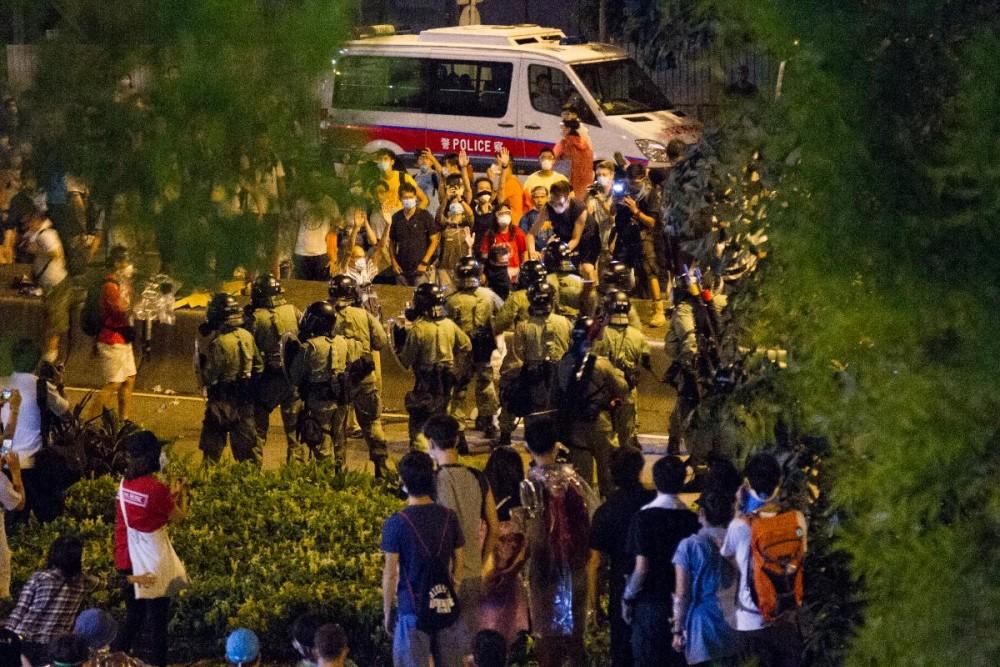入夜後警方出動防暴隊驅趕集會民眾